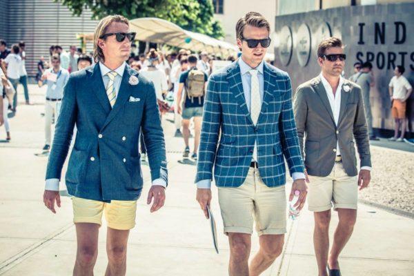 В некоторых странах, где жаркий климат, шорты являются неотъемлемой частью офисного дресс-кода, и к комплекту «шорты + рубашка + пиджак» даже полагается галстук