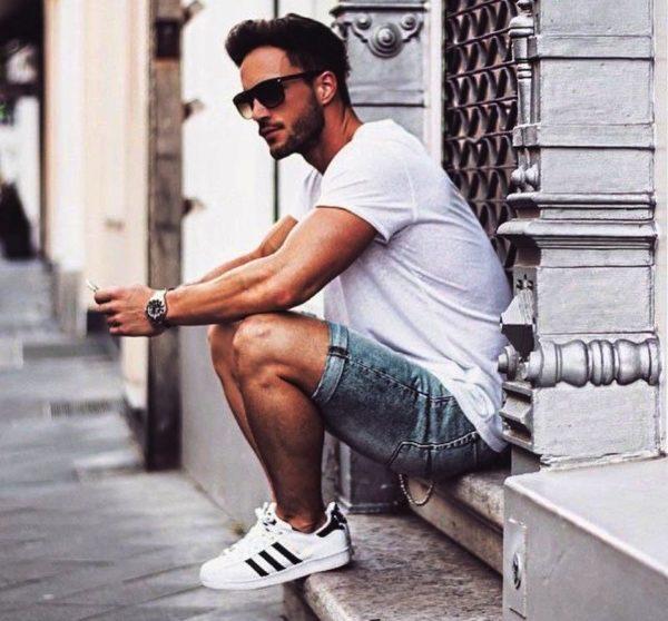 Часы и очки - самые подходящие аксессуары, которые смотрятся с мужскими шортами