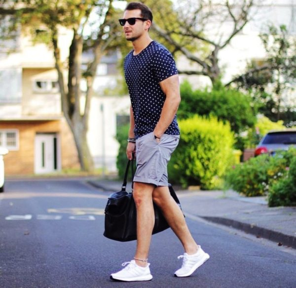 Спортивная обувь - самый удачный вариант под шорты