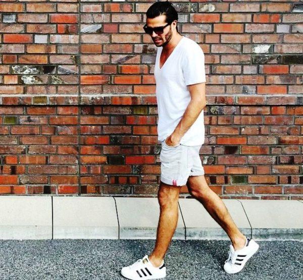 Белые шорты, как и любые другие, можно закатывать и подворачивать, то не только стильно смотрится, но и позволяет регулировать длину штанин