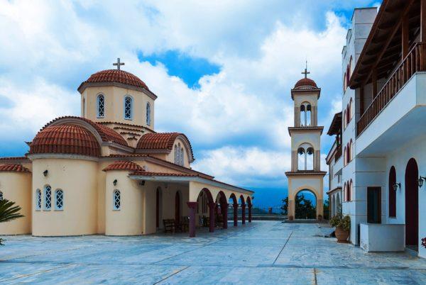 На Крите много православных церквей и монастырей