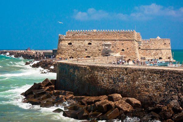 Крит – это своеобразный портал во времени, мы попадаем из прогрессивного настоящего мира в античность. В окружении красот можно попасть как в настоящий мир, так и в средневековье