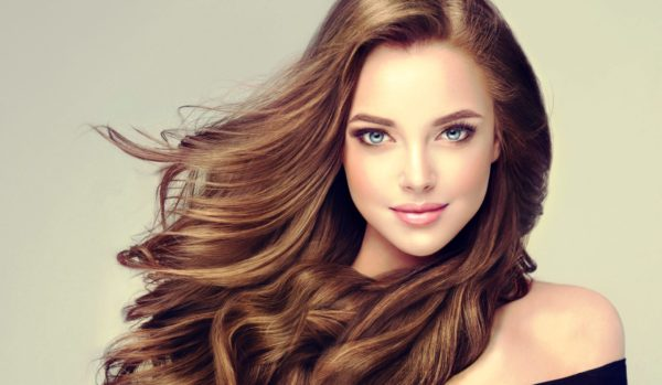 Золотисто-каштановый оттенок волос освежит ваш образ