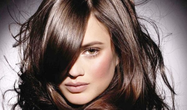 Этот оттенок волос лучше всего будет гармонировать с карими или зелеными глазами и с загорелой темной кожей