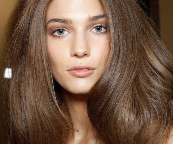 Довольно эффектно оттенок волос «Лесной орех» дополнит образ женщины со светлой кожей и серыми или голубыми глазами