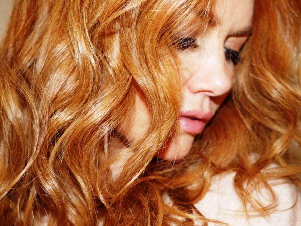 Медовые волосы придадут любой девушке романтичность, утонченность и мягкость