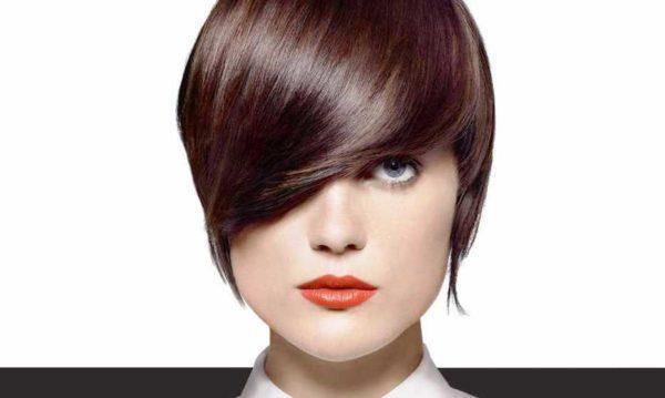 Лицо обретает более мягкие, утонченные и выразительные черты под локонами нежно-коричневого тона