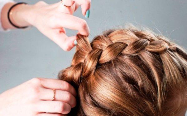 На средних волосах интересно смотрится колосок, заплетенный наоборот, то есть плетение идет наружу, а не вовнутрь, как в обычной косе