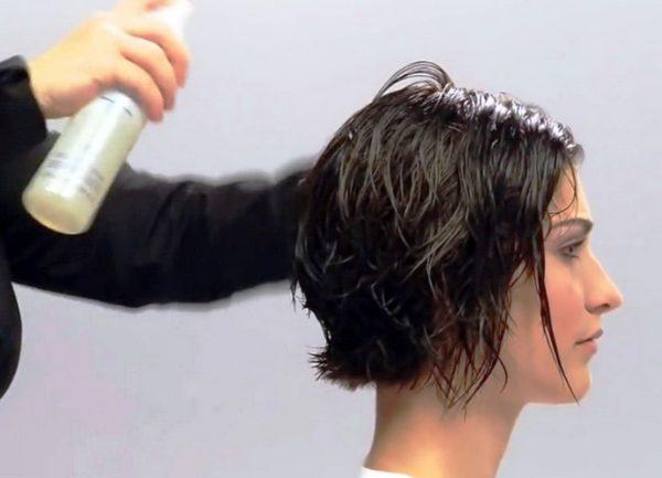 Для укладки коротких волос в прическу можно использовать лаки, гели, воски и муссы