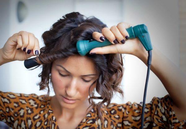 Если используются электрические щипцы, то следует знать, что при их длительном прикосновении к волосам, их можно пережечь, поэтому не рекомендуется накручивать одну и ту же прядь несколько раз
