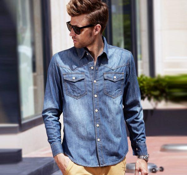 Одно отличие – раньше мужчины заправляли джинсовую рубашку в брюки, сегодня же рекомендуется носить ее навыпуск