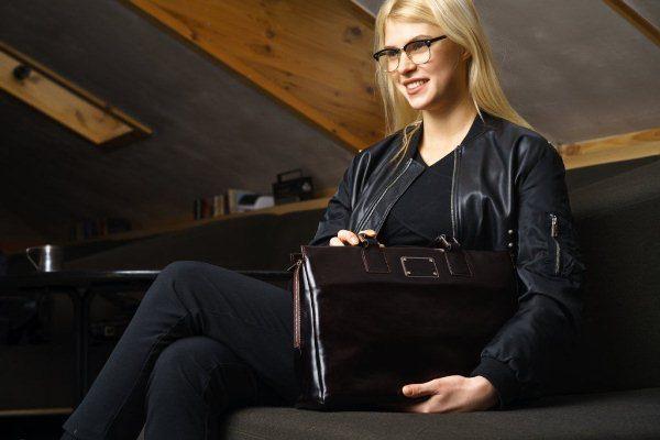 Деловая женщина с портфелем
