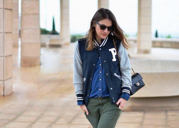 девушка в куртке Бомбер