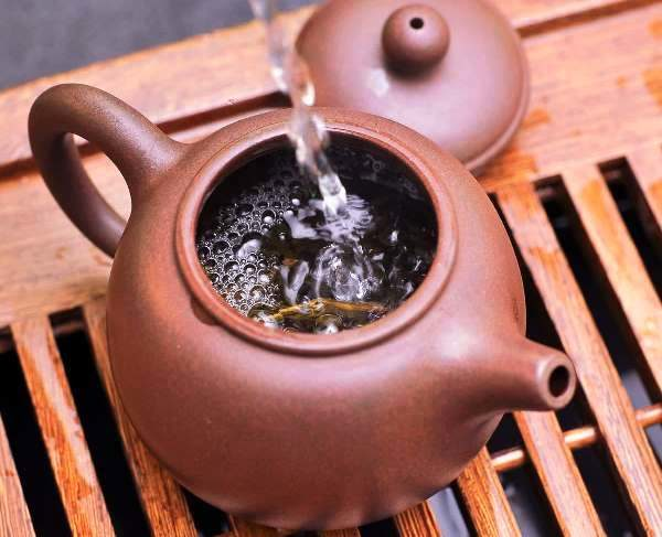 Кипяток лучше заливать круговыми движениями, равномерно омывая заварки согревая стенки чайника