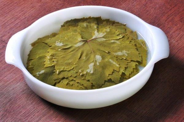 Консервированные виноградные листья перед приготовлением вымачивают в пресной холодной воде 5-10 минут