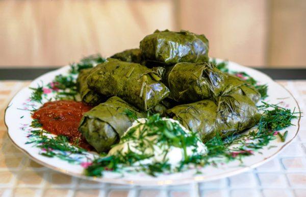 Голубцы из молодых виноградных листьев популярны и на кухне других народов