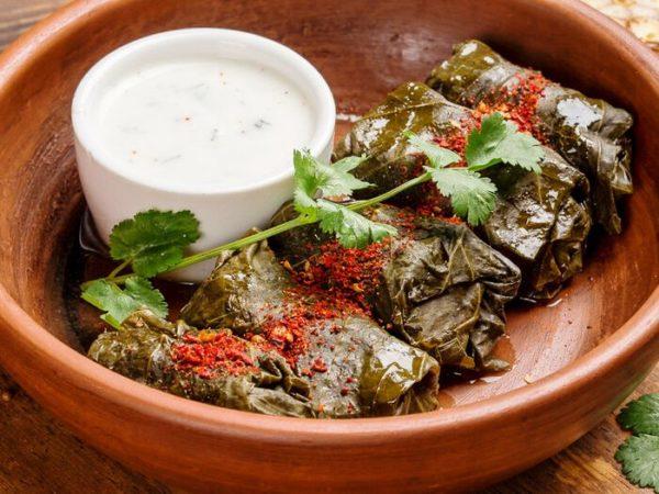 Готовое блюдо принято подавать со сметаной, мацони или чесночным соусом