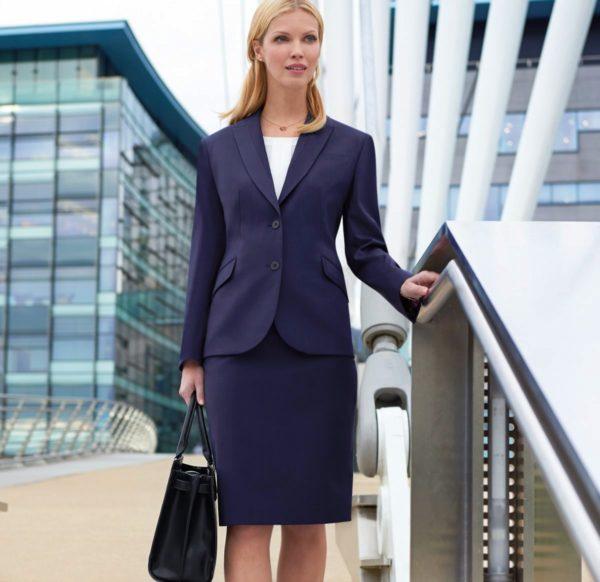 Белая деловая блузка отлично гармонирует с юбкой-карандаш, стильными пиджаками и жакетами с приталенным кроем
