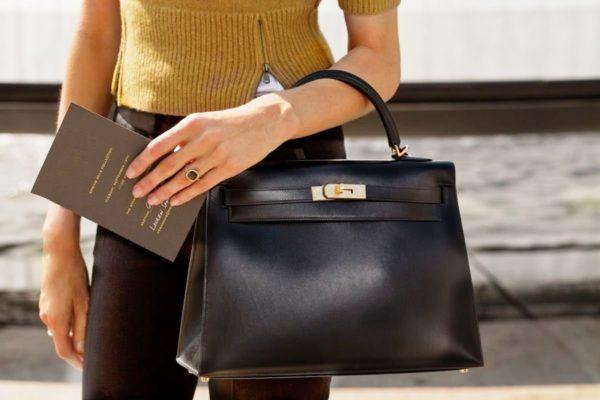 Знаковыми предметами делового стиля для женщин считаются эксклюзивные брендовые сумки