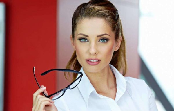 В макияже для делового образа используются только нюдовые оттенки