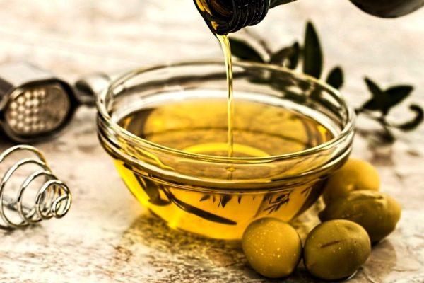 Оливковое масло незаменимо в уходе за руками и ногтями