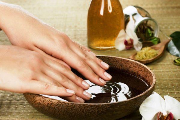 Масляные процедуры для рук удобнее всего проводить на ночь