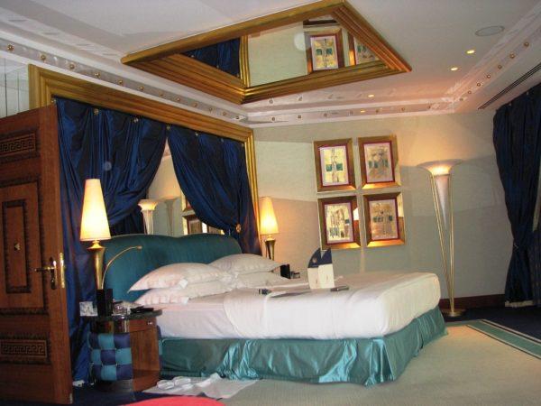Не стоит делать зеркальный потолок в спальне