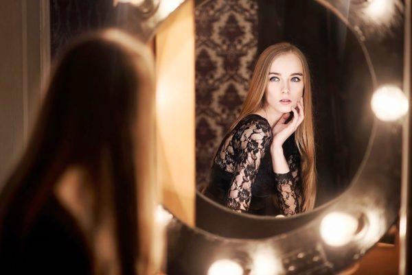 Некоторые эзотерики считают, что зеркало имеет сильную энергетику и может плохо влиять на человека, забирать его положительную энергию, вызывать постоянную головную боль и плохое настроение