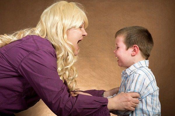 Родитель кричит на ребенка