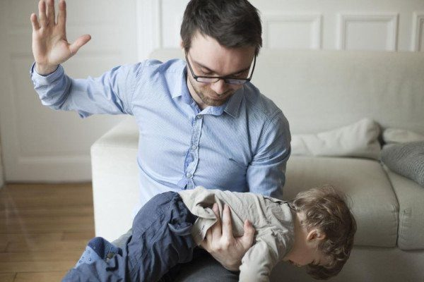 Родитель бьет ребенка
