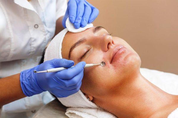Механическую чистку наиболее часто рекомендуют людям с жирной или смешанной кожей
