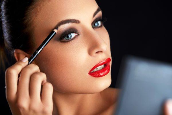Ухоженные брови - важная деталь в идеальном макияже