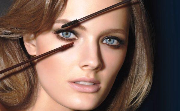 Светловолосым и светлокожим девушкам лучше подойдет не стандартная черная, а коричневая тушь