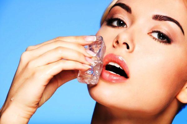 Перед тем, как заканчивать макияж губ блеском, пройдитесь по губам кубиком льда: так средство продержится дольше