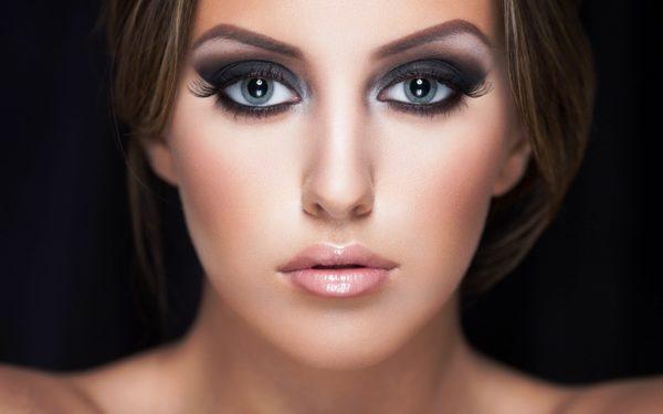 Зачастую тени для глаз применяются в тех случаях, когда хотят сделать глаза больше и придать им миндалевидную форму, то есть приподнять их слегка вверх и наружу