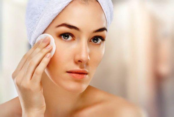 Очищение кожи - важный этап в подготовке к нанесению макияжа