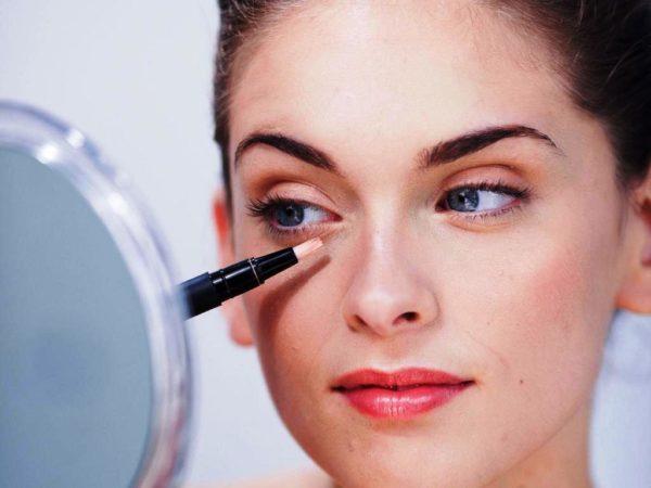 Темные круги под глазами, прыщи и прочие дефекты кожи так же маскируются тональным кремом, который наносится непосредственно на проблемный участок