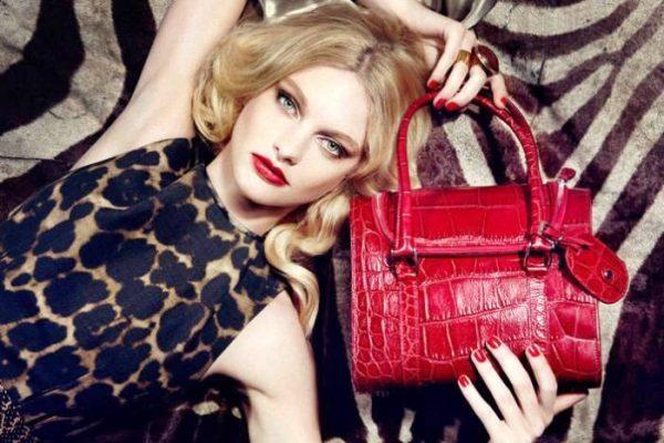 Очень часто выбирая сумку, женщина старается покупкой подчеркнуть свой статус и материальное положение.