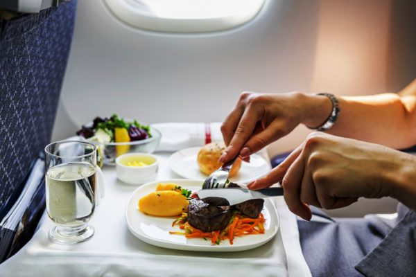 Чем кормят авиаперевозчики