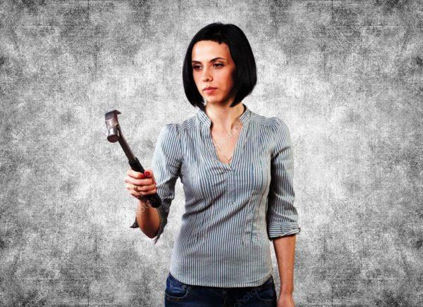 Как женщине правильно забить гвоздь