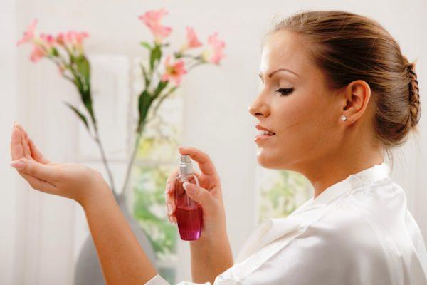 Рекомендуется брызгать духи на кожу в район запястья или область локтевого сгиба руки