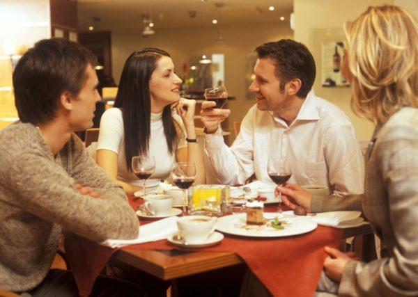 Этикетом не рекомендуется класть на стол локти, подпирать ладонями подбородок или щеки, держать ноги одна на другой или вытягивать их под столом