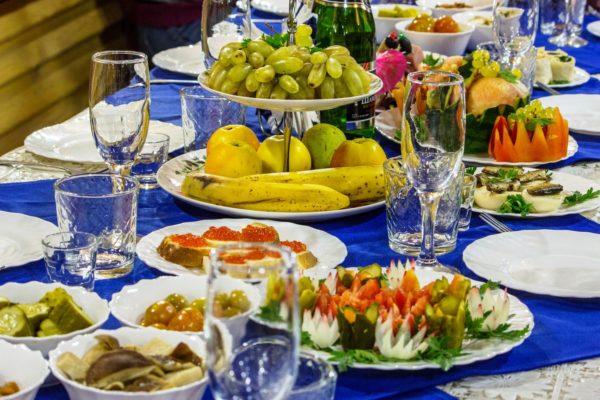 Когда вы сели за стол, то необходимо осмотреться и обратить внимание на сервировку стола, для того чтобы определиться какие блюда вы попробуете, и откажетесь от каких