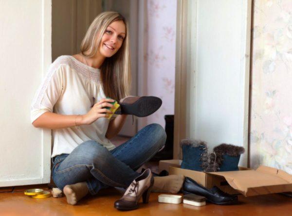 Перед тем, как спрятать обувь на хранение , ее нужно тщательно почистить и высушить
