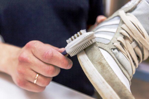 Замшевую обувь нужно чистить специальной щеткой