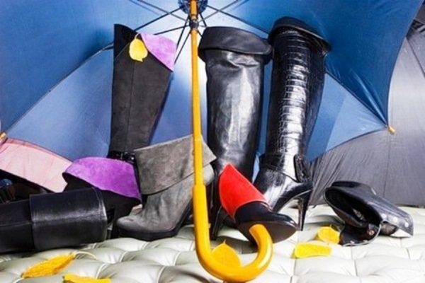Рекомендуется чистить обувь не перед тем, как выходить из дома, а после того, как пришли с улицы. И обязательно уберите грязь и пыль