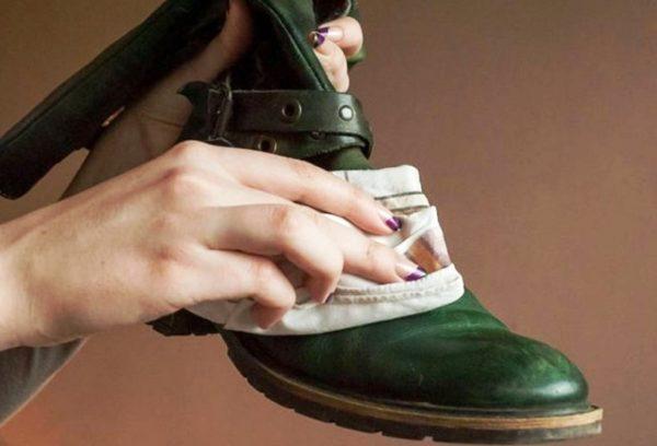 А рабочие ботинки рекомендуется протереть несколько раз парафином, растворенным в бензине