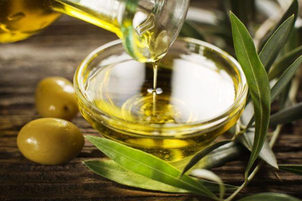 Полезно проводить процедуру с оливковым маслом, используя его в чистом виде вместо массажного средства
