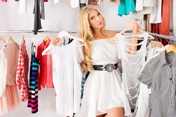 Девушка в гардероба