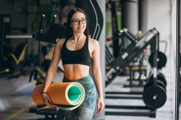 Девушка в фитнес-клубе
